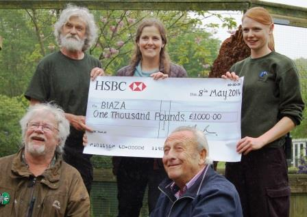 Beale Park representatives present a cheque to BIAZA.