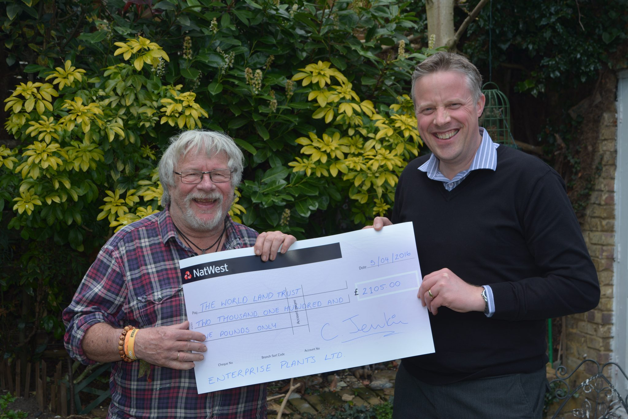Matthew Moncton presenting cheque to Bill Oddie. Credit Enterprise Plants.