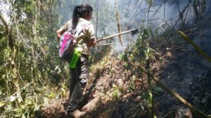 Keepers of the Wild sponsored Ranger, Angie Rodrigeuz Rivera prevents a fire from spreading in the Volcán Pacayita Reserve. Credit: AESMO.